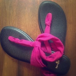 Size 8 Sanuk yoga sling - magenta